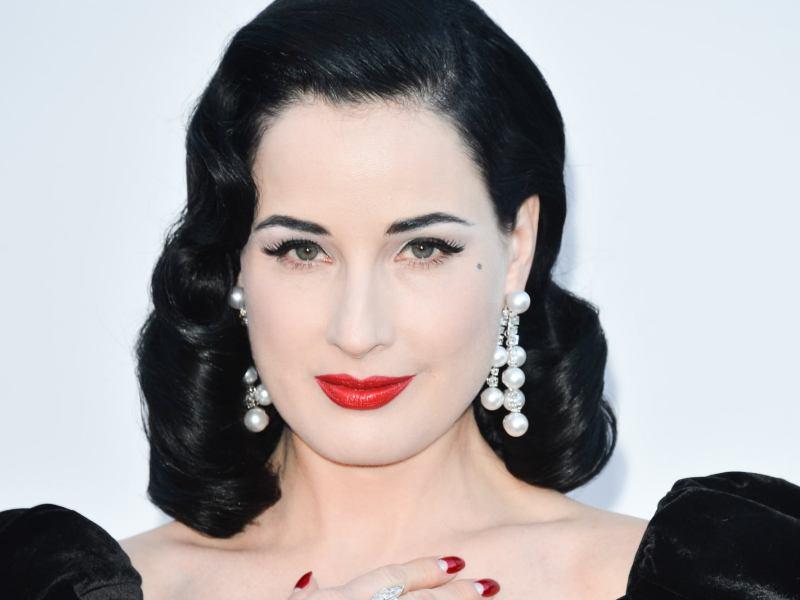 Η Dita Von Teese προτιμά κοσμήματα με μαργαριτάρια